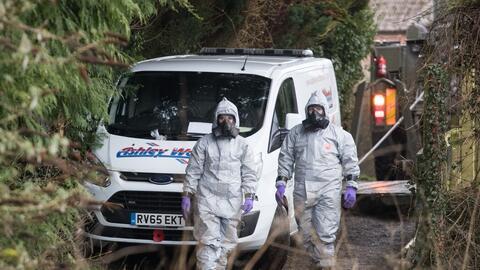 Un grupo de investigadores retiran una van de la zona en Salisbury donde...