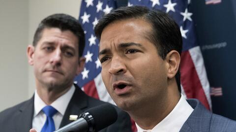 Los congresistas republicanos Paul Ryan (izquierda) y Carlos Curbelo (de...
