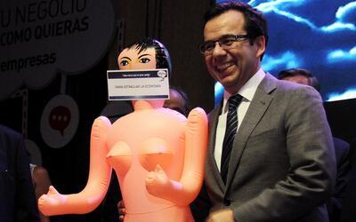 """En video: la muñeca inflable para """"estimular la economía"""" que escandaliz..."""