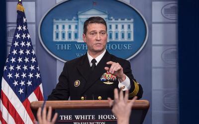 El médico de la Casa Blanca, el contraalmirante Ronny Jackson, en...