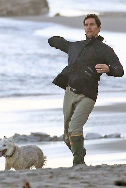 Mientras su esposo, Matthew McConaughey, juega con el perro. ¡Qué fría t...