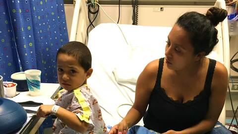 Gilbran, de 3 años, se recupera en el hospital de su infecci&oacu...
