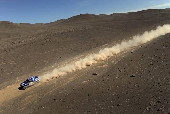 A pesar del terreno, los vehículos del Dakar alcanzan velocidades bastan...