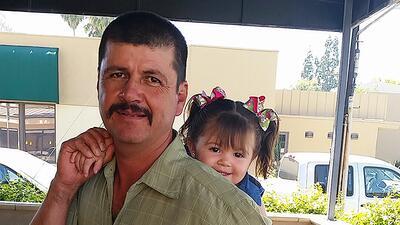 El inmigrante mexicano Carlos Ortiz junto a una sobrina en Pasadena, Cal...