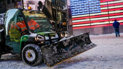 Un trabajador barre la nieve en Times Square el pasado 5 de enero.