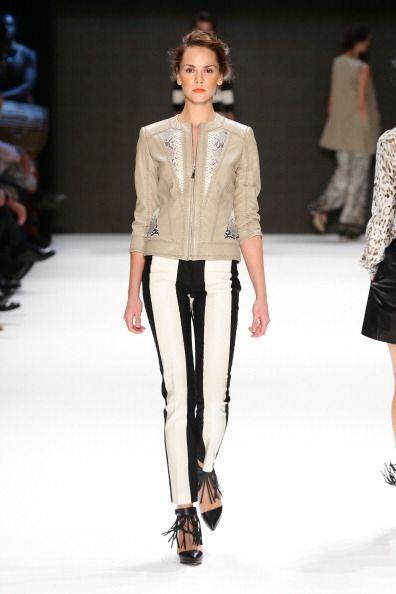 Los pantalones con rayas verticales son muy favorecedores para las perso...