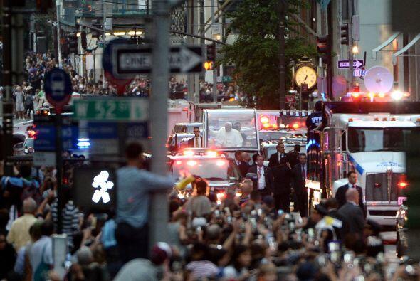 La emblemática avenida recibe repleta de gente al pontífice.