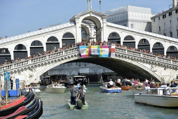 Esta es una pequeña muestra de cómo los turistas y lugareños en Venecia...