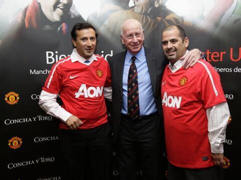 Raul Bustos Ibanez y Mario Sepúlveda, dos de los mineros, junto a...