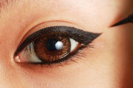 Una vez delimitada la altura de la 'colita' de tu ojo, une su punta con...