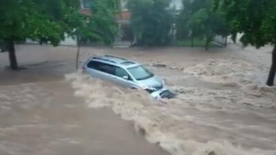Autos flotando en las calles de Culiacán tras el paso de una depresión tropical en Sinaloa