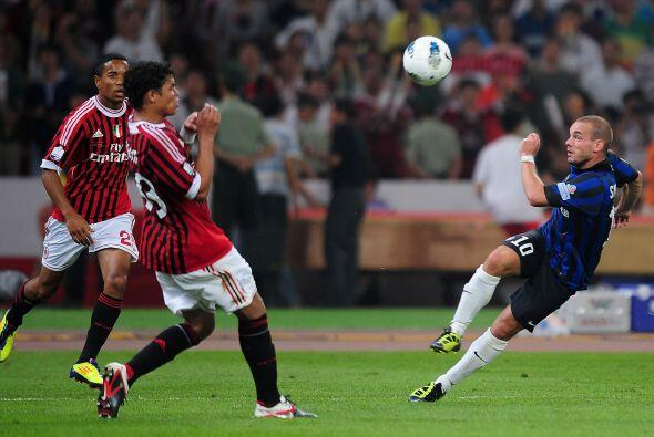 El holandés Sneijder abrió el encuentro con tiro libre ejecutado de mane...