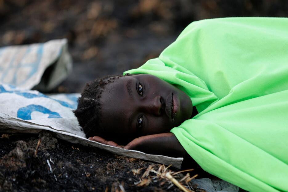Sudán del Sur: La triste mirada de una mujer en la espera de un reparto...