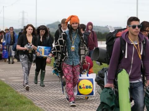 El festival británico de Glastonbury arranca con el contraste de...
