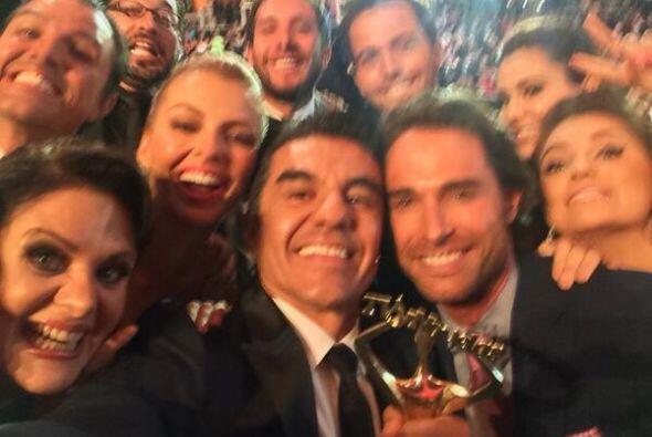 En los Premios TVyNovelas Adrián Uribe trató de regrear la foto de Ellen...