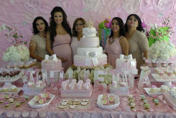 El 4 de abril, Ana celebró su baby shower, y estuvo acompa&ntilde...