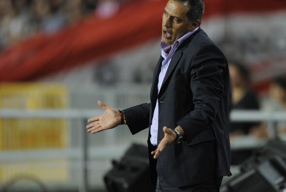 La contracara de Berizzo es el entrenador Hernán Torres aunque su equipo...