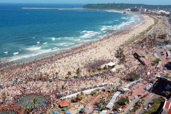 En la playa sudafricana de North Pier Beach, Durban, la gente se volcó a...