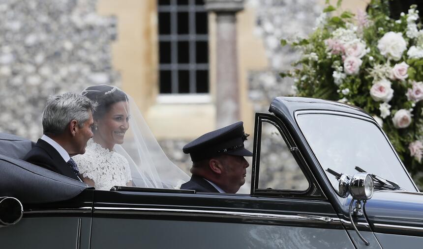 Pippa Middleton llega en un carro y no como trascendió que lo haría en u...