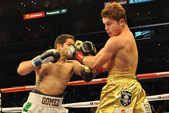 'Canelo' demostró buena cintura peleando en reversa para eludir al rival.