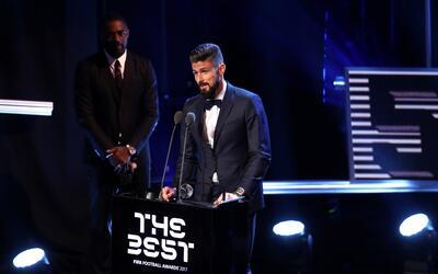 Olivier Giroud recibiendo el galardón al mejor gol del año.