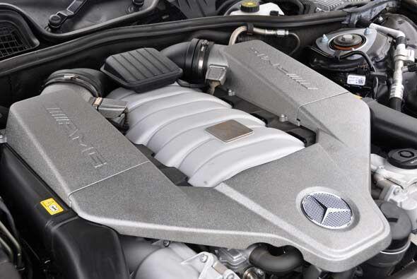 El motor V8 6.3 litros ofrece una potencia de 518 caballos de fuerza.