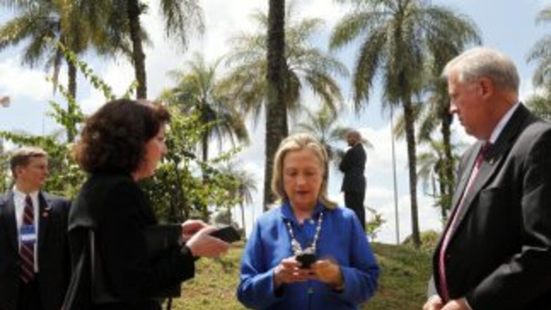 Hillary Clinton escribe desde su celular en 2012