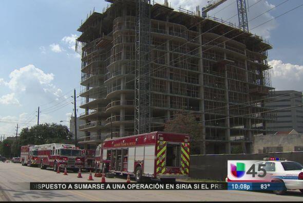 Un trabajador de origen hispano falleció este jueves tras caer del décim...