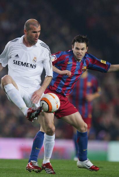 Zinedine Zidane, recibiendo el balón ante la marca del entonces joven An...