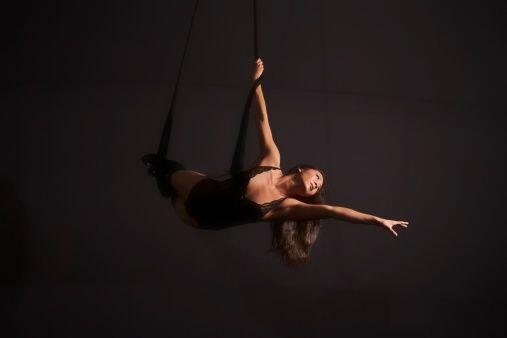 Realizar coreografías alejada del suelo, y con ayuda de la tela acrobáti...