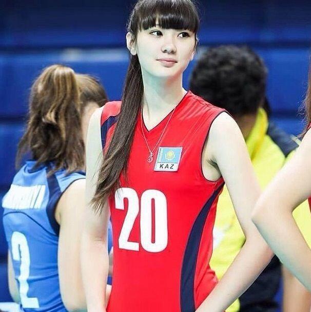 Sabina Altynbekova, jugadora de voleibol, se ha convertido en sensación...
