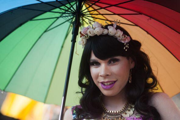 Una persona marcha por las calles de Chile con un vestido de princesa y...