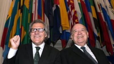Luis Almagro, nuevo secretario general de la OEA (izquierda), junto con...
