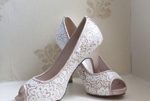 Otra forma de empatarlos con tu atuendo es que sean zapatos forrados con...