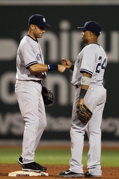 Derek Jeter y Robinson Canó celebran la victoria de los Yankees, que se...