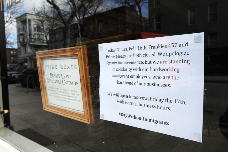 Un letrero en el restaurante Prime Meats, en Brooklyn, explica su solida...