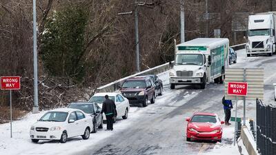 Miles de personas quedaron atrapadas en las carreteras por una nevada in...