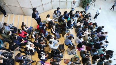 Decenas de estudiantes de la Universidad de Nueva York asistieron el pas...