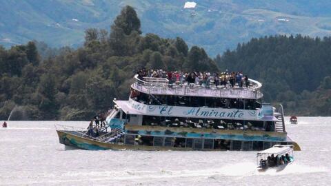 En cuestión de segundos, un barco naufragó en Colombia y más de 150 pasa...