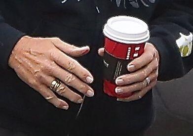 Pero lo que sigue sin dejar en casa es su anillo de bodas.