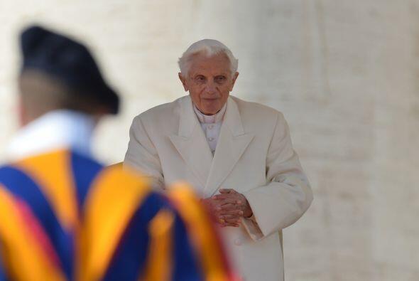 El Papa Benedicto XVI hizo su última aparición pública en la Plaza de Sa...
