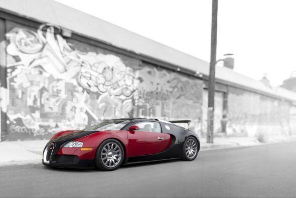 Un súper deportivo con un diseño innovador y líneas aerodinámicas que es...