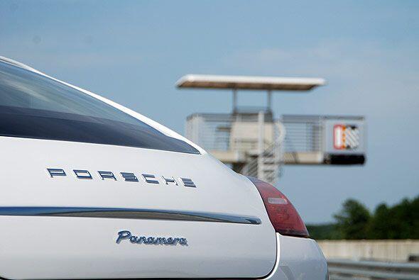 El precio base del Panamera es de $74,400 y $78,900 para la versión con...