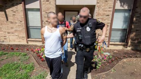 Imagen difundida por ICE que muestra uno de los pandilleros arrestados.