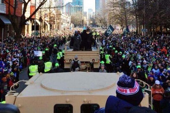 Los jugadores desfilaron en vehículos miltares (Foto: Twitter).