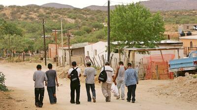 Inmigrantes en la frontera de Sásabe, México, en camino a...