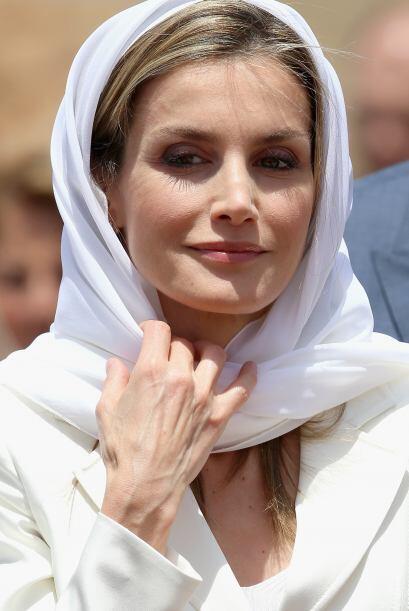 La reina Letizia, con blusa blanca y pantalón vaporoso del mismo tono, s...
