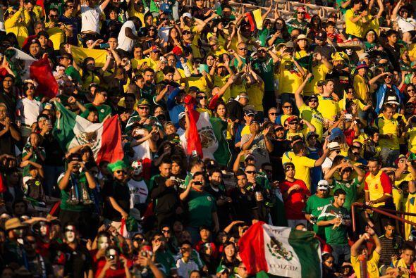 Sin embargo aunque pocos, los ecuatorianos hacían ruido para apoy...
