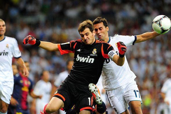 En la segunda parte, Casillas tuvo mucho más trabajo y debió emplearse a...