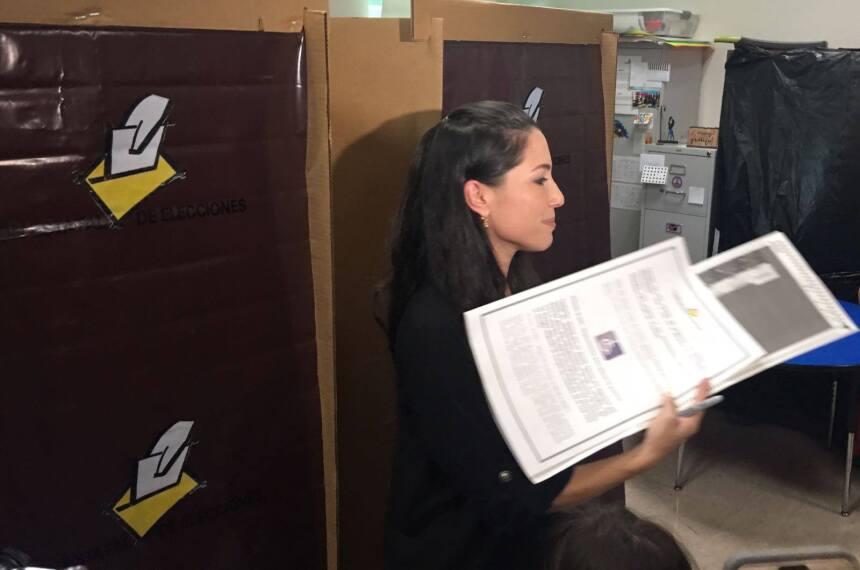 La candidata independiente Alexandra Lúgaro ejerció su derecho al sufrag...